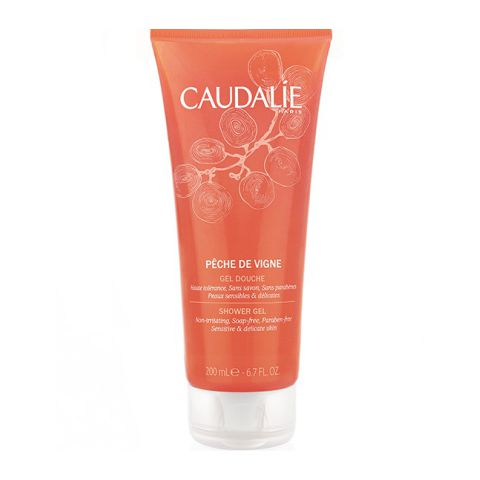 Кодали Гель для душа Peche de Vigne  (Туба 200 мл)Очищающие средства для тела<br>Caudalie Vine peach shower gel (Кодали Гель для душа «Peche de Vigne») для всех типов кожи.<br>Нежный гель без лауретсульфата и мыла имеет натуральную растительную основу. Он деликатно и глубоко очищает кожу, сохраняя ее защитный липидный слой. Благодаря содержанию антиоксидантных, увлажняющих и смягчающих ингредиентов, гель стимулирует регенерацию клеток. Кожа становится мягкой, упругой, эластичной и сияющей.<br>Парфюмерная композиция геля для душа «Peche de Vigne» снимает нервное напряжение и бодрит. Нежные ароматы персика и миндального молочка улучшают настроение, мята освежает, а благородный запах винограда напоминает о тепле солнечных летних дней.<br>Активные компоненты:<br>децил глюкозид – натуральный очиститель кожи из кокоса, пшеничных зерен и кукурузного крахмала, дающий плотную кремоподобную пену;<br>миндальное молочко – очищает, питает и увлажняет кожу, ускоряет обновление клеток;<br>каприлил гликоль (натуральный смягчитель из плодов кокоса) – удерживает влагу в коже, делает ее гладкой и шелковистой;<br>экстракт персика – увлажняет, смягчает и тонизирует кожу, улучшает ее цвет;<br>экстракт из косточек винограда – антиоксидант, стимулирует синтез коллагена;<br>сок алоэ вера – оказывает антибактериальное, заживляющее и увлажняющее действие;<br>кокоат сахарозы – снимает раздражение;<br>лимонная кислота – уменьшает активность потовых и сальных желез.<br>Подходит для частого применения.<br><br>Объем мл: 200<br>Тип кожи: всех типов