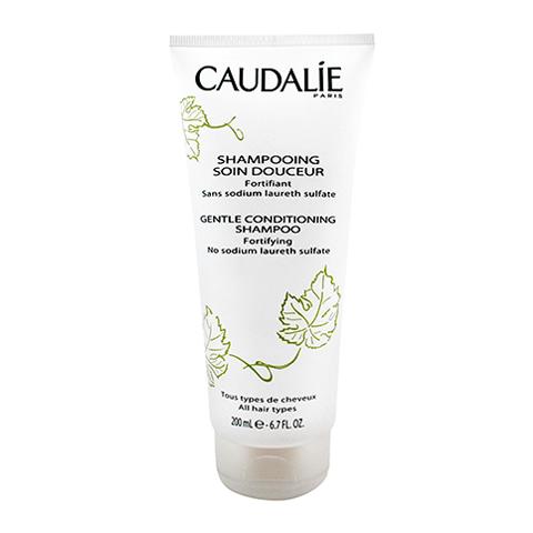 Кодали Мягкий шампунь-уход для волос (Туба 200 мл)Шампуни и бальзамы для волос<br>Caudalie Gentle conditioning shampoo (Кодали Мягкий шампунь-уход для волос) для кожи всех типов.<br>Чрезвычайно мягкий шампунь можно применять ежедневно – он не только эффективно очищает волосы и кожу головы, но и защищает их от вредных внешних воздействий. В его состав входит виноградный уксус, который придает волосам особый блеск, делает их шелковистыми и послушными. <br>После мытья головы мягким шампунем Кодали (Caudalie Gentle conditioning shampoo) ваши волосы будут легко расчесываться и источать изысканный аромат цветков винограда.<br>Активные компоненты:<br>кокамидопропилбетаин (ПАВ из кокосового масла)деликатно удаляет загрязнения и кожный жир, предотвращает электризацию волос, облегчает их расчесывание во влажном и сухом состоянии;<br>виноградный уксус нормализует рН кожи головы, делает волосы гладкими, мягкими и сияющими;<br>масло из виноградных косточек замедляет старение клеток, увлажняет и питает волосы и кожу;<br>пептиды пшеницы повышают эластичность и прочность волос, успокаивают и защищают кожу головы;<br>гидрогенизированное касторовое маслоувлажняет кожу головы, удаляет перхоть и не допускает ее последующего образования, смягчает и укрепляет волосы, ускоряет их рост;<br>масло жожоба увлажняет и питает, восстанавливает липидную защиту волос и кожи.<br>Без синтетических отдушек и консервантов. Гипоаллергенно.<br><br>Объем мл: 200<br>Тип кожи: всех типов