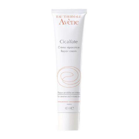 Авен Сикальфат Крем восстанавливающий целостность кожи  (Туба 40 мл)Уход за раздраженной и поврежденной кожей тела<br>Avene Cicalfate Repair cream (Авен Сикальфат Крем восстанавливающий целостность кожи) для всех типов кожи.<br>Благодаря ингредиентам с интенсивным антисептическим, антибактериальным и восстанавливающим действием, средство Avene Cicalfate Repair cream эффективно оздоравливает кожу. Сорбенты подсушивают мокнущие зоны кожного покрова, уникальное вещество сукральфат образует прочную защитную пленку, ускоряет заживление ран.<br>Сразу после применения крема, восстанавливающего кожу, исчезает дискомфорт от стянутости и жжения, успокаивается зуд, уходит покраснение.<br>Активные компоненты:<br>термальная вода Avene моментально смягчает и успокаивает дерму, восстанавливает ее естественный гидробаланс, ускоряет клеточное обновление;<br>сукральфат препятствует вторичному инфицированию поврежденных участков, стимулирует регенерацию тканей;<br>глицерин – сильный эмолент и увлажнитель;<br>каприл/каприновые триглицериды делают кожу мягкой и гладкой, улучшают барьерные функции эпидермиса;<br>соли меди и цинка – мощные антисептики и бактериостатики;<br>натуральный пчелиный воск дезинфицирует и смягчает кожу, обеспечивает длительную защиту от негативных внешних воздействий.<br>Нежный восстанавливающий кожу крем содержит только безопасные вещества с мягким действием. Поэтому его можно наносить даже на слизистые оболочки.<br>Если вам нужна помощь в подборе аптечной косметики, обратитесь к профессиональным косметологам интернет-магазина Перфектория. Бесплатные консультации предоставляются по телефону и на сайте онлайн.<br>Купить крем, восстанавливающий кожу, Avene Cicalfate Repair cream и другие продукты из каталога просто: поместите выбранные товары в корзину, заполните и отправьте простую электронную форму. В течение одного-трех рабочих дней после подтверждения заказа мы отправим посылку в любой населенный пункт России и стран СНГ. Гарантируем хорошие цены, в каждую пос