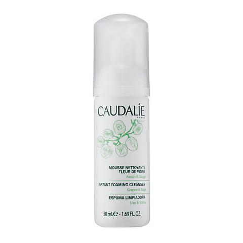 Кодали Очищающий мусс  (Флакон с дозатором 50 мл)Очищение кожи лица<br>Caudalie Instant foaming cleanser (Кодали Очищающий мусс) для кожи всех типов.<br>Жидкий прозрачный лосьон на натуральной растительной основе при выходе из дозатора превращается в нежный воздушный мусс. Он бережно и глубоко очищает кожу лица от декоративной косметики, загрязнений и кожного сала, одновременно увлажняя и смягчая ее.<br>После применения очищающего мусса Кодали (Caudalie Instant foaming cleanser) ваше лицо будет сиять молодостью и здоровьем. Исчезнут черные точки и жирный блеск.<br>Активные компоненты:<br>натрия кокоил глутамат и кокамидопропил бетаин (мягкие ПАВ, получаемые из кокосов) образуют нежную пену, очищают и увлажняют кожу, сохраняют ее естественный уровень рН и липидную защиту;<br>экстракт красного винограда -антиоксидант, защищает кожу от УФ-излучения;<br>экстракт листьев шалфеядезинфицирует и успокаивает кожу, замедляет ее старение;<br>экстракт цветов аптечной ромашки тонизирует и укрепляет кожу, снимает воспаление, ускоряет регенерацию клеток;<br>растительный глицерин и каприлил гликоль удерживают влагу, повышают упругость и эластичность кожи.<br>Без синтетических отдушек и консервантов. Гипоаллергенно.<br><br>Объем мл: 50<br>Тип кожи: всех типов, комбинированной, чувствительной