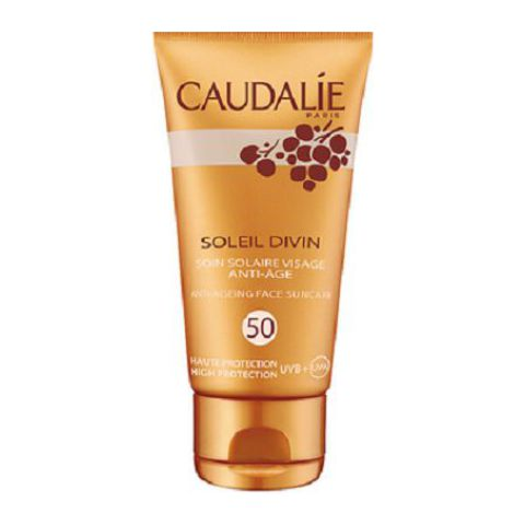 Кодали Уход солнцезащитный антивозрастной для лица SPF50  (Туба 40 мл)Антивозрастные средства<br>Caudalie Soleil Divine Anti-aging face suncream SPF50 (Кодали Уход солнцезащитный антивозрастной для лица SPF50) для всех типов кожи, включая самую чувствительную.<br>Крем с тающей текстурой и нежным ароматом легко и равномерно распределяется по коже, моментально устраняя дискомфорт от сухости и стянутости. Даже во время первого пребывания на солнце ваше лицо не пострадает от UVA/UVB лучей, а загар будет ровным и ярким. Натуральные активные компоненты защитят кожу от старения и повреждения ДНК клеток. Она будет матовой и бархатистой.<br>Кодали Уход солнцезащитный антивозрастной для лица SPF50 (Caudalie Soleil Divine Anti-aging face suncream SPF50) обеспечит надежную защиту вашей кожи в условиях экстремальной жары.<br>Активные компоненты:<br>солнечные фильтры Tinosorb M + S с SPF30защищают ДНК клеток от UVA и UVB лучей;<br>винодрожжи (Vinolevure)укрепляют иммунную защиту кожи, увлажняют и успокаивают;<br>полифенолы косточек винограда нейтрализуют свободные радикалы, ускоряют регенерацию клеток;<br>токоферола ацетат (витамин Е)замедляет старение, разглаживает и подтягивает кожу, защищает ее от повреждения ультрафиолетовым излучением;<br>каприловые триглицеридысмягчают, увлажняют, устраняют шелушение;<br>растительный глицерин и каприлил гликольудерживают влагу, повышают эластичность кожи.<br>Без масел, синтетических отдушек и консервантов. Гипоаллергенно. Некомедогенно.<br><br>Объем мл: 40<br>Тип кожи: всех типов, чувствительной