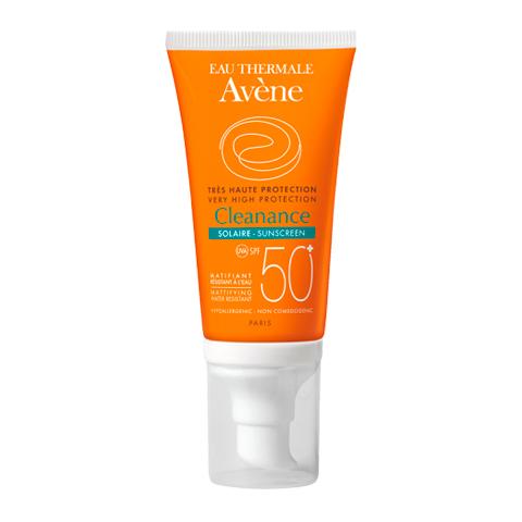 Авен Клинанс Эмульсия Солнцезащитная для проблемной кожи SPF 50+ (Туба с дозатором 50 мл)Уход за лицом<br>Avene Cleanance Solaire SPF 50+ (Авен Клинанс Эмульсия Солнцезащитная для проблемной кожи SPF 50+) для чувствительной, жирной, проблемной кожи. <br>Защита проблемной кожи от солнечного излучения и активная себорегуляция – две основные задачи, которые выполняет водостойкая эмульсия Avene Cleanance Solaire SPF 50+. Средство содержит запатентованный комплекс SunSitive с фильтрами SPF 50+, обеспечивающий максимальную защиту кожи, чувствительной к воздействию солнца. Ухаживающие компоненты успокаивают, предотвращают фотостарение и защищают кожу от атак свободных радикалов. Авен Клинанс Эмульсия Солнцезащитная SPF 50+ регулирует выработку кожного сала, сохраняет лицо матовым, а также предотвращает обострение акне, которое может появиться после пребывания на солнце. Благодаря легкой текстуре средство быстро впитывается и не оставляет следов на коже.<br>Активные компоненты: <br>запатентованный комплекс SunSitive обеспечивает максимальную стабильную защиту от UVA- и UVB-лучей; <br>термальная вода Авен успокаивает кожу и предотвращает возникновение раздражения; <br>претокоферол – мощный антиоксидант, защищает клетки от свободных радикалов и предотвращает фотостарение; <br>монолаурин регулирует выработку себума, поддерживает матовость кожи, увлажняет; <br>глюконат цинка восстанавливает гидробаланс кожи, повышает защитные функции, проявляет антимикробные свойства.<br><br>Объем мл: 50<br>Тип кожи: жирной, проблемной, чувствительной