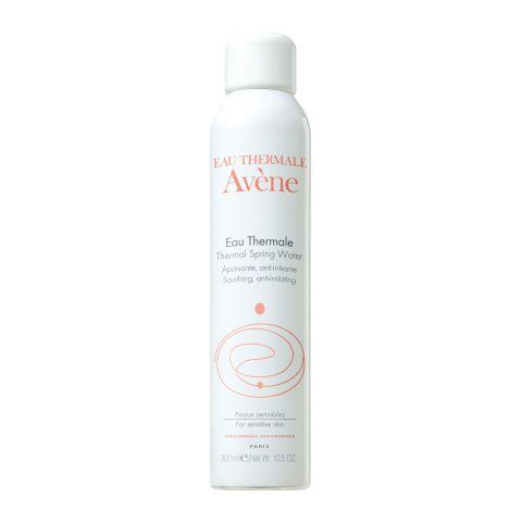 Авен Термальная вода (Флакон 300 мл)Идеи подарка<br>Avene Thermal spring water (Авен Термальная вода) для всех типов кожи.<br>Термальная вода Avene добывается из уникального целебного источника и упаковывается в стерильных условиях. 100% натуральная вода Avene Thermal spring water возвращает ощущение мягкости, проявляет противозудное, противовоспалительное и успокаивающее действие.<br>Avene Thermal spring water рекомендуют применять при восстановлении после хирургических процедур, загара, бритья, эпиляции, снятия макияжа, занятий спортом, а также при покраснениях, раздражении, появлении опрелостей у младенцев. Термальная вода является идеальным средством, возвращающим коже свежесть во время путешествий.<br><br>Активные компоненты:<br>термальная вода Aveneсмягчает кожу, снимает раздражение, ускоряет эпитализацию после оперативного вмешательства и дерматологического лечения.<br><br>Объем мл: 300<br>Тип кожи: всех типов