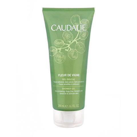 Кодали Гель для душа Fleur de Vigne  (Туба 200 мл)Очищающие средства для тела<br>Caudalie Fleur de vigne Shower gel (Кодали Гель для душа «Fleur de Vigne») для всех типов кожи.<br>Этот гель на растительной моющей основе не содержит мыла. Он мягко очищает кожу, сохраняя ее естественный РН баланс. Благодаря содержанию антиоксидантных, смягчающих и увлажняющих компонентов, гель стимулирует обновление клеток и продлевает их жизнь. Кожа становится более упругой, эластичной и сияющей.<br>Парфюмерная композиция геля для душа «Fleur de Vigne» свежая, утонченная и романтичная. В ней сочетаются ароматы благородного винограда, нежной белой розы, терпкого розового перца, сладкого арбуза. После душа ваше тело будет благоухать, как цветы винограда, запах которых одновременно бодрит и кружит голову.<br>Активные компоненты:<br>децил глюкозид – натуральный очиститель кожи из кокоса, пшеничных зерен и кукурузного крахмала, дающий отличную пену;<br>экстракт косточек винограда – антиоксидант, стимулирует синтез коллагена;<br>сок алоэ вера – оказывает антибактериальное, антисептическое, заживляющее и увлажняющее действие;<br>каприлил гликоль (натуральный смягчитель из плодов кокоса) – способствует удержанию влаги в коже, делает ее гладкой и шелковистой;<br>кокоат сахарозы – успокаивает, снимает раздражение; лимонная кислота – уменьшает активность сальных и потовых желез.<br>Подходит для частого применения.<br><br>Объем мл: 200