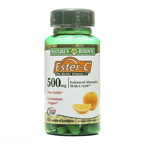 Нэйчес Баунти Эстер-С 500мг (60 таблеток)Здоровье<br>Natures Bounty Ester C 500 mg (Нэйчес Баунти Эстер-С® 500 мг). <br>При повышенной кислотности, язве желудка и гастрите прием таблеток аскорбиновой кислоты противопоказан, поскольку она обладает низким рН. Natures Bounty Ester C 500 mg – это уникальный препарат, который содержит аскорбат кальция, активный метаболит витамина С. Попадая в желудок, он не повышает кислотность и не повреждает слизистую. Витамин С улучшает иммунитет, укрепляет стенки сосудов, поддерживает мышечный тонус, а также естественную красоту кожи, волос и ногтей. Нэйчес Баунти Эстер-С® 500 мг содержит биофлавоноиды и плоды ацеролы, содержащие рутин. Эти вещества повышают биодоступность Эстер-С, улучшают кровообращение и клеточный метаболизм.<br>Активные компоненты: <br>аскорбат кальция – метаболит витамина С, который пополняет запасы аскорбиновой кислоты и не повреждает стенки желудка; <br>флавоноиды, в том числе рутин, улучшают усвояемость витамина С. <br>Без консервантов.<br>Не содержит сахара, подсластителей, лактозы, глютена.<br><br>Тип кожи: всех типов