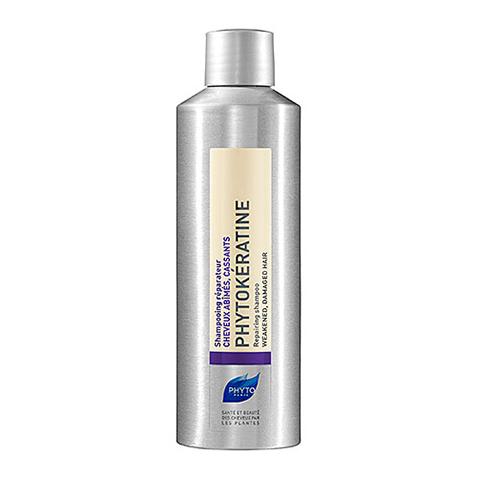 Фито Фитокератин Шампунь восстанавливающий (Флакон 200 мл)Шампуни и бальзамы для волос<br>Фитокератин восстанавливает тусклые, жесткие, хрупкие с секущимися кончиками, слабо реагирующие на классический уход волосы.<br>Использование химических ингредиентов, тепловая обработка, негативное воздействие солнечных лучей приводит к обезвоживанию, повреждению кортекса, потере пигмента. Структура волос становится неоднородной и это ведет к спутыванию волос. Фитокератин - первая программа восстановления поврежденных и хрупких волос с помощью керато-филлера (Keratofiller).<br>Инновация:<br>КЕРАТИНОВЫЙ ЗАПОЛНИТЕЛЬ восстанавливает внутренний кератиновый слой повреждённых и ломких волос, возвращая им силу и блеск. Растительный кератин проникает в самую глубь волоса и восстанавливает его структуру изнутри. Гиалуроновая кислота удерживает воду внутри волоса и обеспечивает тем самым его оптимальную увлажнённость.<br>Церамиды, выделенные из рисовых отрубей, служат своеобразным цементом, скрепляющим клетки между собой, восстанавливают повреждённые участки волосяного ствола.<br>Экстракт граната, натуральный антиоксиданта и UV-фильтр, защищает волосы от неблагоприятных внешних воздействий.<br>Экстракт Анютиных глазок увлажняет и облегчает расчесывание волос, придает им гладкость.<br>Не содержит щелочи, он нежно очищает и щадит чувствительные волосы.<br>Без сульфатов.<br><br>Объем мл: 200<br>Тип кожи: всех типов