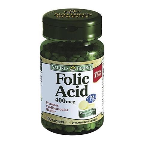 Нэйчес Баунти Фолиевая кислота 400мкг (100 таблеток)Здоровье<br>Natures Bounty Folic Acid 400 mcg (Нэйчес Баунти Фолиевая кислота 400 мкг). <br>Фолиевая кислота (витамин B9) – водорастворимое вещество, которое не синтезируется организмом, поэтому должно ежедневно поступать вместе с пищей. Прием препарата Natures Bounty Folic Acid 400 mcg поможет поддержать работу сердечно-сосудистой, иммунной систем, печени, кишечника, мозга. Регулярное поступление в организм витамина В9 особенно важно для костного мозга, ответственного за процесс кроветворения, а также в период беременности для предотвращения патологий нервной трубки у ребенка. Фолиевая кислота необходима для создания новых клеток и поддержания их здоровья, она принимает участие в репликации ДНК, нарушение которой может привести к онкозаболеваниям. Прием препарата Нэйчес Баунти Фолиевая кислота 400 мкг поможет регулировать окислительно-восстановительные процессы в организме, снизить риск инсульта, нормализовать давление. Фолиевая кислота необходима для борьбы с анемией, предотвращения выпадения волос и поддержания красоты кожи.<br>Активные компоненты: <br>фолиевая кислота участвует в процессе кроветворения, поддерживает работу иммунной и сердечно-сосудистой систем, отвечает за правильное развитие плода при беременности. <br>Без консервантов<br>Не содержит сахара, подсластителей, лактозы, глютена.<br><br>Тип кожи: всех типов
