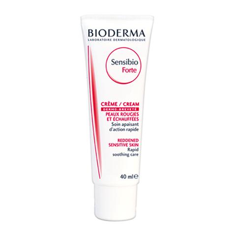 Биодерма Сенсибио Форте Крем  (Туба 40 мл)Уход за чувствительной кожей<br>Bioderma Sensibio Forte cream (Биодерма Сенсибио Форте Крем) для чувствительной кожи.<br>Крем с жирной, насыщенной текстурой Bioderma Sensibio Forte cream эффективно снимает воспаление и раздражение, устраняет обезвоженность кожи, прекрасно справляется с последствиями агрессивных косметических процедур и солнечных ожогов. Запатентованный комплекс D.A.F. (Dermatological Advanced Formulation) обеспечивает снижение порога чувствительности.<br>Отзывы о креме Биодерма Сенсибио Форте подтверждают, что сразу после его нанесения уходит дискомфорт от стянутости, сухости и жжения, исчезают покраснения, кожа становится мягкой и гладкой.<br>Активные компоненты:<br>вазелиновое масло смягчает кожу, повышает ее влагоудерживающие свойства;<br>пчелиный воск дезинфицирует, заживляет повреждения, сохраняет влагу, защищает от негативных внешних воздействий;<br>глицирретиновая кислота снимает воспаление, тонизирует, проявляет противоаллергические и антиоксидантные свойства;<br>токоферол активизирует регенеративные процессы;<br>маннитол способствует сохранению влаги;<br>каприл/каприновые триглицериды устраняют шелушение, восстанавливают кожный барьер;<br>экстракт ламинарии увлажняет, питает, борется с раздражением.<br>Биодерма Сенсибио Форте Крем, отзывы о котором есть и на нашем сайте, хорошо восстанавливает кожу после дерматологического лечения с применением препаратов, вызывающих зуд, красноту и шелушение. Он настолько безопасен, что подходит даже для новорожденных.<br>Прочитали отзывы о креме Биодерма Сенсибио Форте и хотите его купить? Профессиональные косметологи интернет-магазина Перфектория расскажут, как им правильно пользоваться, а также посоветуют средства для усиления лечебного эффекта. Получить бесплатную консультацию можно по телефону и онлайн-чате.<br>Помещайте выбранные продукты в корзину и оформляйте заказ в один клик. Хотите хорошо экономить на косметике – пользуйтесь выгодными предложениями со ст