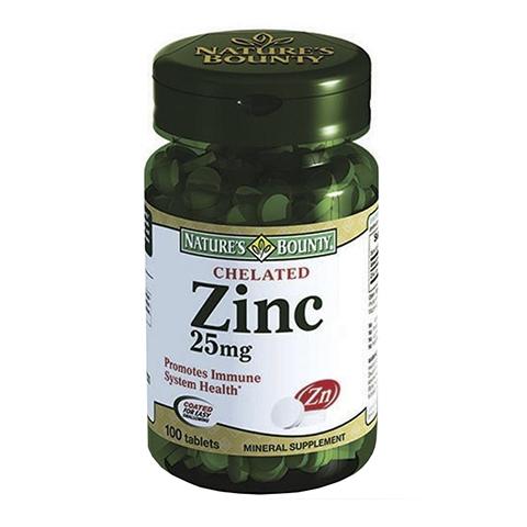 Нэйчес Баунти Цинка хелат 25 мг (100 таблеток)Здоровье<br>Nature's Bounty Chelated Zinc 25 mg Tablets (Нэйчес Баунти Цинка хелат 25 мг) для повышения общего иммунитета организма, здоровья и красоты  кожи, ногтей, волос.<br>Препарат Nature's Bounty Chelated Zinc 25 mg Tablets предназначен для восполнения нехватки цинка в организме. Этот минерал способствует сокращению синтеза себума при проблемной и жирной коже, обеспечивает профилактику развития воспалительных элементов и акне, помогает избавиться даже от застарелых, не поддающихся лечению угрей.<br>Таблетки Нэйчес Баунти Цинка хелат повышают общий иммунитет организма, улучшают структуру волос и укрепляют их корни, восстанавливают здоровье ногтей изнутри. Мужчинам их рекомендуется принимать для профилактики и лечения бесплодия, аденомы простаты.<br>В рекомендуемой суточной дозе содержится 25 мг цинка в легкоусвояемой хелатной форме.<br>Активные компоненты:<br>цинк повышает общий иммунитет, проявляет антиоксидантные свойства, повышает упругость кожи, регулирует работу сальных желез, укрепляет волосы и ногти, улучшает репродуктивные способности мужчин и здоровье предстательной железы.<br>Без сахара, соли, крахмала, молока, лактозы, глютена, сои, пшеницы, дрожжей, морепродуктов.<br>Без искусственных подсластителей, консервантов.<br><br>Тип кожи: всех типов