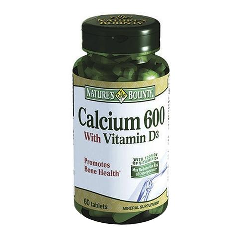Нэйчес Баунти Кальций 600 с витамином Д (60 таблеток)Здоровье<br>Natures Bounty Calcium 600 with Vitamin D Tablets (Нэйчес Баунти Кальций 600 с витамином Д) для профилактики остеопороза и остеомаляции костей, разрушения твердых тканей зубов.<br>Препарат Natures Bounty Calcium 600 with Vitamin D Tablets содержит кальций, который отвечает за твердость и прочность костей, зубной эмали и дентина. Витамин Д обеспечивает транспортировку и улучшает усваивание этого минерала организмом.<br>Прием таблеток Нэйчес Баунти Кальций 600 с витамином Д значительно уменьшает риск переломов конечностей, позвоночника и шейки бедра, ускоряет восстановление поврежденных костей, укрепляет мышцы.<br>Активные компоненты:<br>кальций укрепляет и уплотняет кости, упрочняет твердые ткани зубов;<br>витамин D активизирует минеральный обмен, предупреждает ослабление мускулов.<br>Без сахара, соли, крахмала, молока, лактозы, глютена, сои, пшеницы, дрожжей, морепродуктов.Без подсластителей и консервантов.<br><br>Тип кожи: всех типов