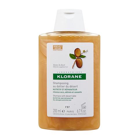 Клоран Шампунь питательный с маслом финика пустынного (Флакон 200 мл)Уход за волосами<br>Klorane Shampoo with Desert Date (Клоран Шампунь питательный с маслом Финика пустынного) для сухих, поврежденных, ломких волос.<br>Благодаря активным компонентам и высокому содержанию протеинов и жирных кислот шампунь Клоран обеспечивает интенсивное питание сухих волос, увлажянет их и восстанавливает структуру на клеточном уровне. При регулярном применении ваши волосы быстро приобретут утраченный блеск и силу, а также будут защищены от ломкости и секущихся кончиков. Легкая, кремообразная текстура шампуня способствует простому нанесению. Приятный фруктовый аромат с пряными нотками тонизирует и дарит хорошее настроение. Мягкая моющая основа не повреждает волосы и деликатно очищает.<br>Активные компоненты:<br>экстракт финика пустынного (с протеинами и липидами) восстанавливает структуру за счет природного кератина, глубоко увлажняет и питает волосы, предотвращает сечение и ломкость;<br>растительный эквивалент кератина помогает восстановить структуру кератинового слоя волос;<br><br>Объем мл: 200<br>Тип кожи: всех типов