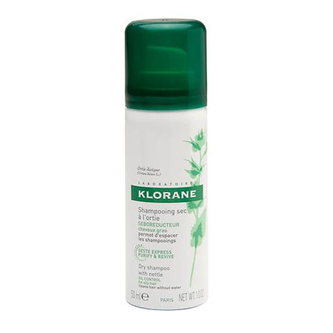 Клоран Шампунь сухой с экстрактом Крапивы (Спрей 50 мл)Шампуни и бальзамы для волос<br>Klorane Dry shampoo with nettle (Клоран Шампунь сухой с экстрактом Крапивы) для всех типов волос, в том числе жирных. <br>Чтобы быстро очистить волосы, не прибегая к мытью головы, применяйте Клоран Шампунь сухой с экстрактом Крапивы. Он обладает себорегулирующими свойствами, устраняет излишки кожного сала, легко и быстро придает волосам ухоженный вид. Удобный в использовании Klorane Dry shampoo with nettle вы можете брать с собой повсюду. Ваши волосы легкие, блестящие и объемные, а интервал между мытьем головы увеличился. <br>Активные компоненты: <br>экстракт крапивы регулирует выработку кожного сала, является антисептическим, противовоспалительным и укрепляющим средством; <br>рисовый и кукурузный крахмалы, а также абсорбирующие компоненты поглощают избыток кожного сала, очищают волосы и возвращают им блеск.<br><br>Объем мл: 50<br>Тип кожи: всех типов, жирной