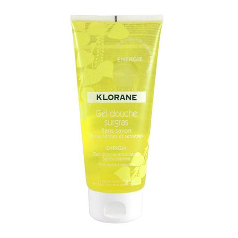 Клоран  Гель для душа увлажняющий Тонус (Туба 200 мл)Очищающие средства для тела<br>Klorane Ultra-rich energy shower gel (Клоран Гель для душа увлажняющий Тонус) для сухой, чувствительной кожи.<br>Густой прозрачный гель для душа Klorane Ultra-rich energy shower gel с нейтральным рН не содержит щелочей. Он мягко очищает и успокаивает чувствительную кожу, насыщает ее влагой, улучшает защитные функции. Ароматическая композиция с ярко звучащими нотами грейпфрута, черной смородины, жасмина снимает усталость и пробуждает жизненные силы так же эффективно, как кофейный аромат. Клоран Гель для душа увлажняющий Тонус можно использовать и в качестве пены для ванн.<br>Активные компоненты:<br>комплекс анионных и амфотерных ПАВ образует кремообразную пену, очищает кожу от загрязнений и кожного жира, сохраняя ее гидролипидную защиту и естественный рН;<br>натуральный экстракт почек черного тополя снимает воспаление, успокаивает и дезинфицирует кожу, стимулирует обновление клеток и продлевает их жизненный цикл;<br>касторовое масло устраняет шелушение, восстанавливает эластичность и мягкость, защищает кожу от потери влаги и неблагоприятных внешних факторов;<br>гидрогенизированные глицериды пальмового масла нейтрализуют свободные радикалы, делают кожу мягкой и гладкой, активизируют липидный обмен;<br>глицерил кокоат усиливает пенообразование, очищает и смягчает кожу, понижает порог ее чувствительности к анионным ПАВ;<br>пропилен гликоль надолго увлажняет и смягчает кожу, образует защитную пленку.<br>После мытья тела с увлажняющим гелем для душа Клоран Тонус нет дискомфорта от чувства сухости и стянутости. А если после его применения нанести на кожу увлажняющий или питательный крем, она станет еще более нежной, мягкой и бархатистой. Воспользуйтесь бесплатной консультацией профессиональных косметологов интернет-магазина Перфектория по телефону или в онлайн-чате, чтобы выбрать самые полезные средства для ежедневного и дополнительного ухода за телом.<br>Предлагаем вам купить гель для душа