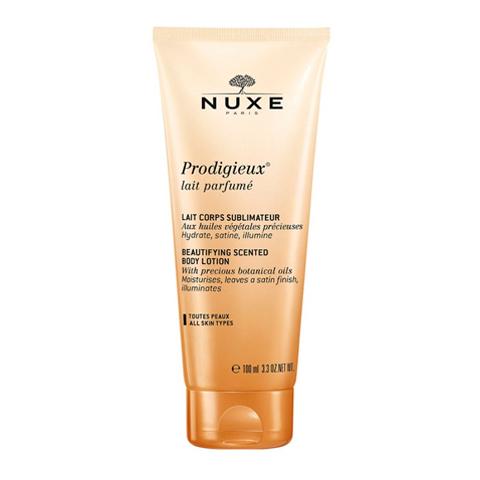 Нюкс Продижьёз Молочко для тела парфюмированное (Туба 100 мл)Уход за телом<br>Nuxe Prodigieux Lait Parfum? (Нюкс Продижьёз Молочко для тела парфюмированное) для всех типов кожи.<br>Бережный ароматный уход для тела от Нюкс Продижьёз теперь в компактной упаковке! Небольшой тюбик легко можно взять с собой на отдых или в дорогу. Парфюмированное Молочко для тела Продижьёз содержит ценные растительные масла, которые делают кожу атласной, наполняют ее сиянием, увлажняют и смягчают. Нежная, бархатистая и гладкая кожа источает легкий аромат с нотками апельсина, ванили и магнолии. Nuxe Prodigieux Lait Parfum? содержит 91% натуральных ингредиентов.<br>Активные компоненты:<br>натуральные масла камелии, аргана, сладкого миндаля, ореха макадамия, лесного ореха, бораго увлажняют, разглаживаютисмягчают, дарят коже упругость;<br>глицерин смягчает, защищает и увлажняет кожу.<br><br>Объем мл: 100<br>Тип кожи: всех типов