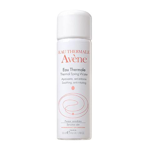 Авен Термальная вода (Флакон 50 мл)Идеи подарка<br>Avene Thermal spring water (Авен Термальная вода) для всех типов кожи.<br>Термальная вода Avene добывается из уникального целебного источника и упаковывается в стерильных условиях. 100% натуральная вода Avene Thermal spring water возвращает ощущение мягкости, проявляет противозудное, противовоспалительное и успокаивающее действие.<br>Avene Thermal spring water рекомендуют применять при восстановлении после хирургических процедур, загара, бритья, эпиляции, снятия макияжа, занятий спортом, а также при покраснениях, раздражении, появлении опрелостей у младенцев. Термальная вода является идеальным средством, возвращающим коже свежесть во время путешествий.<br><br>Активные компоненты:<br>термальная вода Aveneсмягчает кожу, снимает раздражение, ускоряет эпитализацию после оперативного вмешательства и дерматологического лечения.<br><br>Объем мл: 50<br>Тип кожи: всех типов