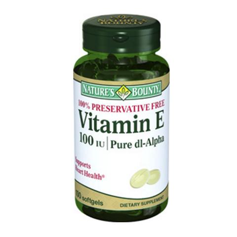 Нэйчес Баунти Витамин Е 100 МЕ (100 капсул)Здоровье<br>Natures Bounty Vitamin E 100 IU (Нэйчес Баунти Витамин Е 100 МЕ). <br>Витамин Е – эффективный защитник клеточных мембран от окислительного стресса, что обуславливает его огромное значение в поддержании молодости кожи и здоровья организма. Биологически активную добавку Natures Bounty Vitamin E 100 IU рекомендуется применять при недостатке витамина Е, что может проявляться ухудшением структуры кожи, снижением иммунитета, появлением гормональных сбоев. Прием препарата поможет не только вернуть красоту и жизненные силы, но также защитить сердечно-сосудистую систему, повысить уровень гемоглобина в крови. Витамин Е усиливает действие витамина А, что улучшает зрение, а также селена, который необходим для очистки организма от токсинов. Нэйчес Баунти Витамин Е 100 МЕ рекомендован при подготовке к беременности, для улучшения работы мускулатуры, выведения из организма канцерогенов.<br>Активные компоненты: <br>DL-альфа-токоферол пополняет запасы витамина Е в организме, предупреждает преждевременное старение кожи, заболевания сердечно-сосудистой системы, повышает иммунитет, проявляет выраженные антиоксидантные свойства. <br>Без консервантов<br>Не содержит сахара, подсластителей, лактозы, глютена.<br><br>Тип кожи: всех типов