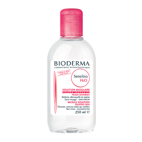 Биодерма Сенсибио H2O Вода очищающая  (Флакон 250 мл)Очищение кожи лица<br>Мицелловый раствор Сенсибио Н20 качественно и быстро очищает кожу лица и контур глаз путем микроэмульгирования загрязнений и макияжа, сохраняя при этом гидролипидный баланс рогового слоя кожи. Успокаивает и увлажняет кожу.<br>Не содержит щелочи, спирта, феноксиэтанола и ароматизаторов; рН-нейтральный.<br><br>Объем мл: 250<br>Тип кожи: чувствительной