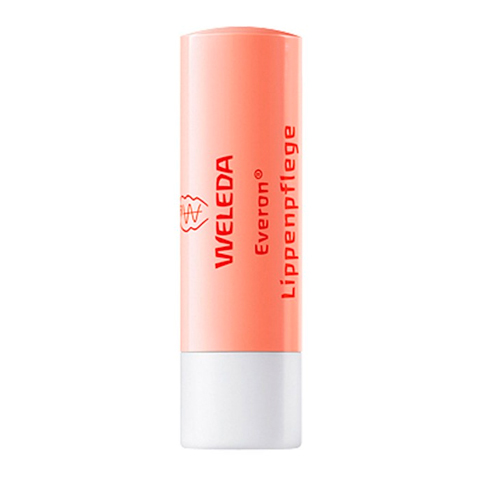 Веледа Бальзам для губ Everon (Стик 4.8 г)Уход за лицом<br>Weleda Everon Lippenpflege (Веледа Бальзам для губ Everon) для всех типов кожи.<br>Бальзам с очень плотной текстурой и медовым ароматом Weleda Everon Lippenpflege содержит натуральные ингредиенты, которые смягчают, увлажняют и успокаивают нежную кожу, предотвращают шелушение, заживляют трещинки. Нелипкая, нежирная пленка из пчелиного и растительных восков сохраняет влагу, обеспечивает длительную защиту губ от холода, ветра, солнечных лучей.<br>Веледа Бальзам для губ Everon моментально устраняет дискомфорт от сухости и стянутости, придает губам здоровый вид и бархатистый блеск. Как средство для ухода за губами с UV-защитой, бальзам получил от ?ko-Test (независимого немецкого общества по защите прав потребителей) оценку «sehr gut» – «очень хорошо».<br>Активные компоненты:<br>масло жожоба смягчает, питает, глубоко увлажняет кожу и улучшает ее барьерные свойства, снимает раздражение и воспаление, ускоряет заживление трещинок;<br>масло ши борется с сухостью, шелушением и раздражением, восстанавливает упругость кожи, активизирует клеточное обновление, поглощает УФ-излучение;<br>пчелиный воск и воск розы делают губы мягкими и гладкими, проявляют антисептические, противовоспалительные и регенерирующие свойства, защищают кожу от климатических стрессов и обезвоживания;<br>канделильский и карнаубский воски образуют на губах защитную пленку, обеспечивают термостойкость стика.<br><br>Тип кожи: всех типов