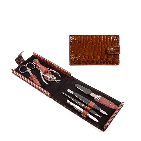 Зингер Маникюрный набор в коричневом футляре (6 предметов) (Набор)Подарки под Ёлку<br>Зингер Маникюрный набор в коричневом футляре (6 предметов).<br>Удобный и легкий футляр на кнопке изготовлен из натуральной кожи, лицевая сторона декорирована под кожу рептилии. Набор Зингер MS-F1-S-BR состоит из 6 предметов для качественной заботы о ногтях и кутикуле. Инструменты изготовлены из стали и пластика. Набор компактный, легко помещается в сумочку.<br>Состав набора:<br>Пилка с алмазным напылением - спиливание, подпиливание, придание формы ногтю.<br>Ножницы для кутикул - удаление кутикулы и боковых валиков.<br>Кусачки маникюрные - удаление кутикулы и боковых валиков.<br>Пушер пика+лопатка - подготовка ногтя к удалению кутикулы.<br>Пинцет - прореживание бровей.<br>Триммер - удаление кутикулы.<br><br>Тип кожи: всех типов