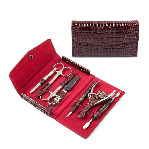 Зингер Маникюрный набор в бордовом футляре (7 предметов) (Набор)Подарки под Ёлку<br>Зингер Маникюрный набор в бордовом футляре (7 предметов).<br>Вместительный и удобный мягкий футляр на кнопке изготовлен из натуральной кожи, лицевая сторона декорирована под кожу рептилии. Набор Зингер MS-F2-S-B состоит из 7 инструментов для качественной заботы о ногтях и кутикуле. Инструменты изготовлены из стали и пластика.<br>Состав набора:<br>Пилка с алмазным напылением - спиливание, подпиливание, придание формы ногтю.<br>Пинцет - прореживание бровей.<br>Триммер - удаление кутикулы.<br>Пушер пика+лопатка - подготовка ногтя к удалению кутикулы.<br>Ножницы для ногтей - подстригание ногтей.<br>Ножницы для кутикул - удаление кутикулы и боковых валиков.<br>Кусачки маникюрные - удаление кутикулы и боковых валиков.<br><br>Тип кожи: всех типов