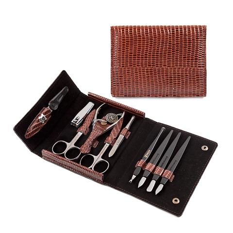 Зингер Маникюрный набор в коричневом футляре (10 предметов) (Набор)Уход за телом<br>Зингер Маникюрный набор в коричневом футляре (10 предметов).<br>Удобный и компактный кожаный футляр на кнопке, лицевая сторона декорирована под кожу рептилии. Набор Зингер MS-F-3-S-BR содержит 10 инструментов для качественной заботы о ногтях и кутикуле. Инструменты изготовлены из стали и пластика.<br>Состав набора:<br>Пилка с алмазным напылением - спиливание, подпиливание, придание формы ногтю.<br>Ножницы для кутикул - удаление кутикулы и боковых валиков.<br>Кусачки маникюрные - удаление кутикулы и боковых валиков.<br>Пинцет - прореживание бровей.<br>Триммер - удаление кутикулы.<br>Пушер пика - подготовка ногтя к удалению кутикулы.<br>Пушер лопатка - подготовка ногтя к удалению кутикулы.<br>Пушер топорик - подготовка ногтя к удалению кутикулы.<br>Клиппер малый - подстригание ногтей.<br>Ножницы для ногтей - подстригание ногтей.<br><br>Тип кожи: всех типов