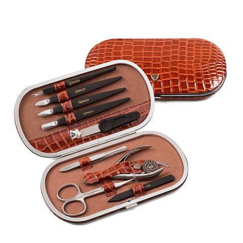 Зингер Маникюрный набор в коричневом футляре (9 предметов) (Набор)Уход за телом<br>Зингер Маникюрный набор в коричневом футляре (9 предметов).<br>Вместительный футляр округлой формы с металлическим каркасом. Изготовлен из натуральной кожи, лицевая сторона декорирована под кожу рептилии. Набор Зингер MSFE-601-1-S-BR состоит из 9 инструментов для качественной заботы о ногтях и кутикуле. Инструменты изготовлены из стали и пластика.<br>Состав набора:<br>Пилка с алмазным напылением - спиливание, подпиливание, придание формы ногтю.<br>Пинцет - прореживание бровей.<br>Ножницы для кутикул - удаление кутикулы и боковых валиков.<br>Кусачки маникюрные - удаление кутикулы и боковых валиков.<br>Пластиковая палочка - подготовка ногтя к удалению кутикулы.<br>Пушер пика - подготовка ногтя к удалению кутикулы.<br>Пушер лопатка - подготовка ногтя к удалению кутикулы.<br>Пушер топорик - подготовка ногтя к удалению кутикулы.<br>Триммер - удаление кутикулы.<br><br>Тип кожи: всех типов