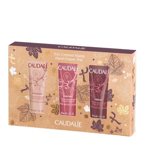 Кодали Набор Трио Крем для рук (3 средства)Идеи подарка<br>Caudalie Hand Cream Trio Set (Кодали Трио Набор крем для рук) для всех типов кожи, в том числе сухой.<br>В стильной подарочной упаковке – три восхитительных крема для рук Caudalie ограниченных серий Merlot, Sauvignon и Cabernet в миниатюрных тюбиках. Каждый из них обладает уникальным виноградным ароматом:<br>Merlot – с ярко выраженными нотами листьев черной смородины и ежевики – пробуждает энергию;<br>Sauvignon – с благородными цитрусовыми нотами белого французского вина – освежает;<br>Cabernet – с изысканным переплетением нот клубники, черной смородины и сладкого перца – дарит ощущение тепла, улучшает настроение.<br>Благодаря нежной, шелковистой текстуре, Caudalie крем для рук легко и приятно распределяется по коже, быстро впитывается. В его формулу входят ингредиенты с интенсивным смягчающим и увлажняющим действием, которые моментально устраняют дискомфорт от стянутости.<br>Масло ши заживляет повреждения и восстанавливает липидный слой эпидермиса, размягчает кутикулу, делает ногти эластичными и предотвращает их расслаивание.<br>Масло виноградных косточек – сильный антиоксидант.<br>Масло авокадо питает, увлажняет и разглаживает кожу, ускоряет рост ногтей.<br>Винодрожжи Vinolevure уменьшают чувствительность к вредным внешним воздействиям<br>Небольшие тюбики удобно носить в косметичке, брать в поездки. При регулярном использовании крема для рук Caudalie вы забудете о сухой, шелушащейся и потрескавшейся коже, тусклых и ломких ногтях, грубой кутикуле.<br>Чтобы заказать Caudalie Hand Cream Trio Set и другие товары с минимальными затратами времени, следуйте этой простой инструкции: поместите выбранные продукты в корзину и нажмите кнопку «Купить в один клик». Гарантируем оперативную доставку заказов по РФ и странам СНГ.<br>Не знаете, как подобрать средства по типу и проблемам кожи – воспользуйтесь бесплатной консультацией профессиональных косметологов интернет-магазина Перфектория по телефону или в онлайн-чате. Он